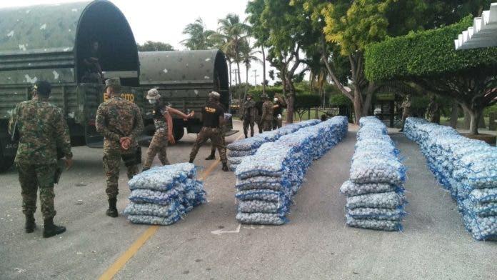 Ejército ocupa 992 sacos de ajo en vivienda de Barahona