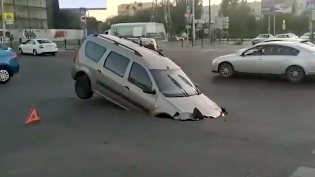 Una calle se 'traga' un auto en Rusia