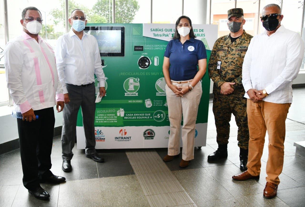Instalan máquina recicladora donde usuarios Metro podrán canjear envases por recargas
