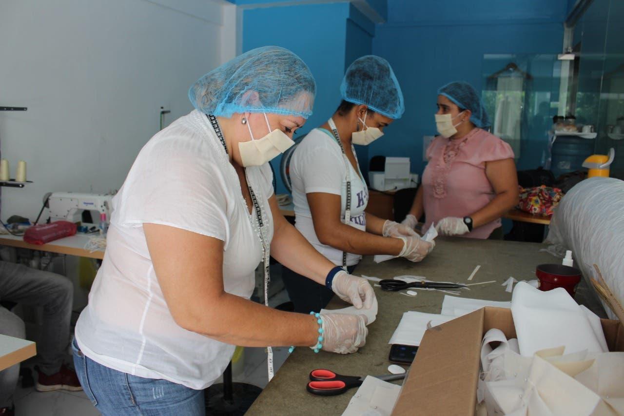 Dominicanas y venezolanas emprenden negocio de mascarilla tras apoyo de ONGs y alcaldías