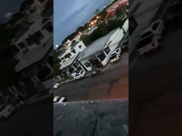 Presunto delincuente muerto y tres policías heridos durante enfrentamiento a tiros en Santiago