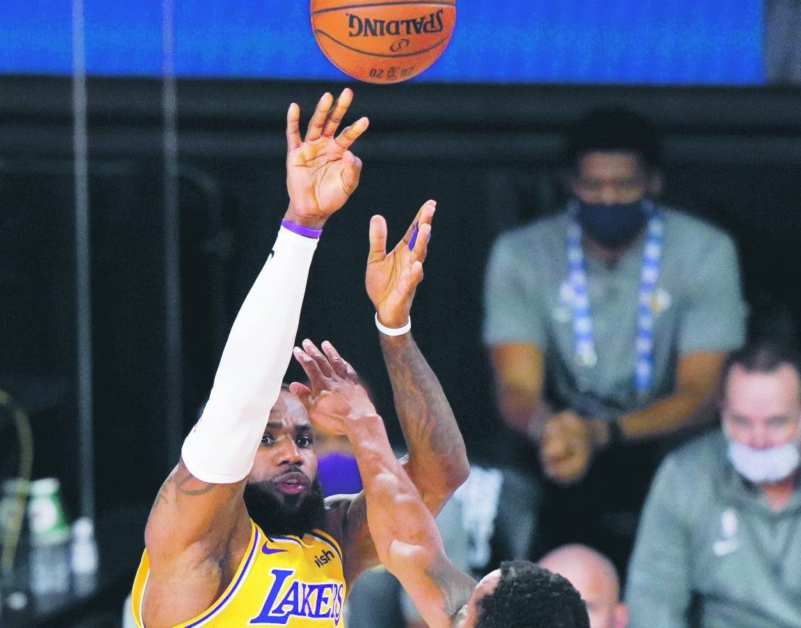 LeBron y Lakers van hoy en busca sepultar Heat