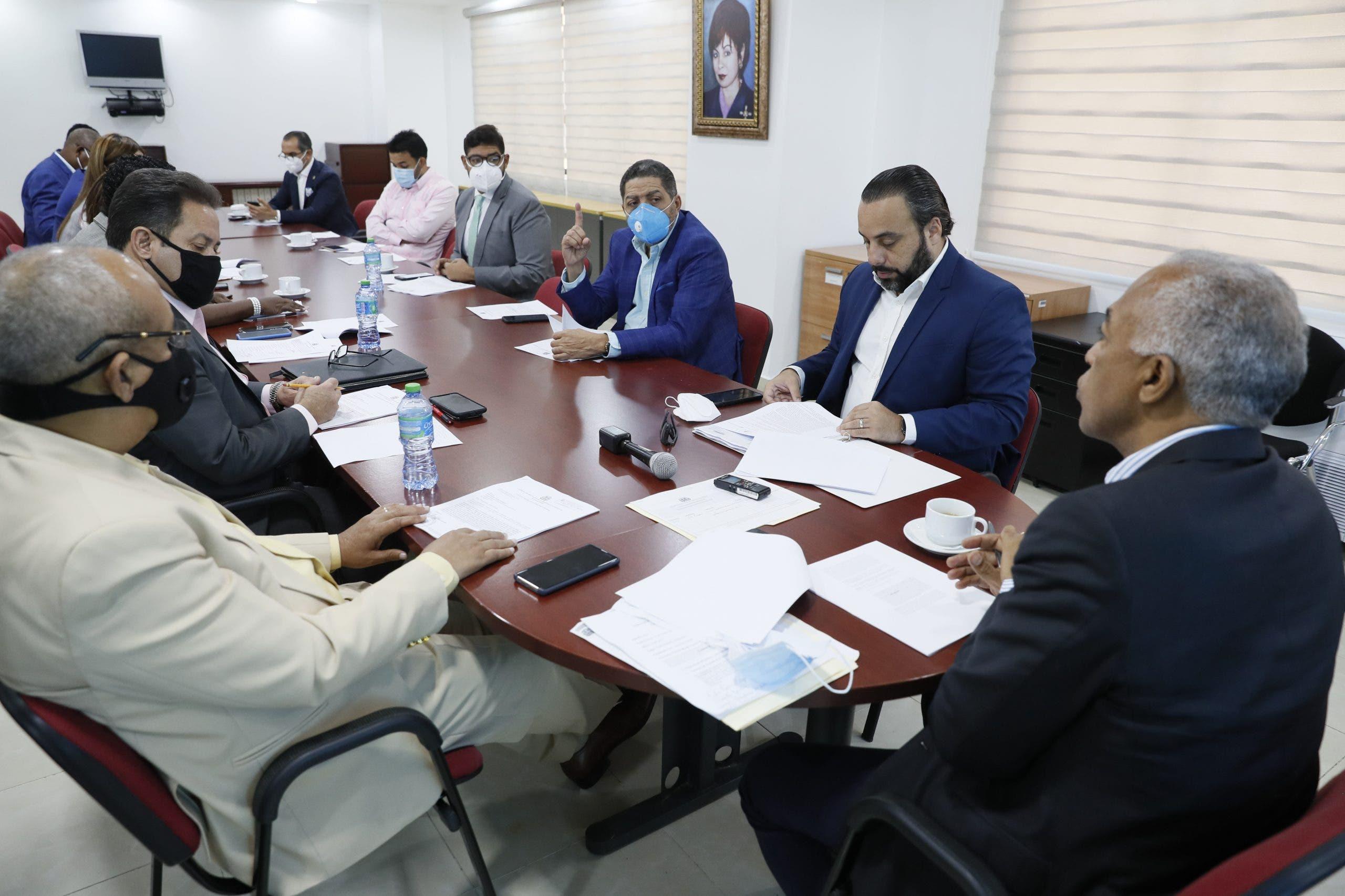 Diputados se reúnen con comisión de Fideicomiso para construcción de viviendas de bajo costo