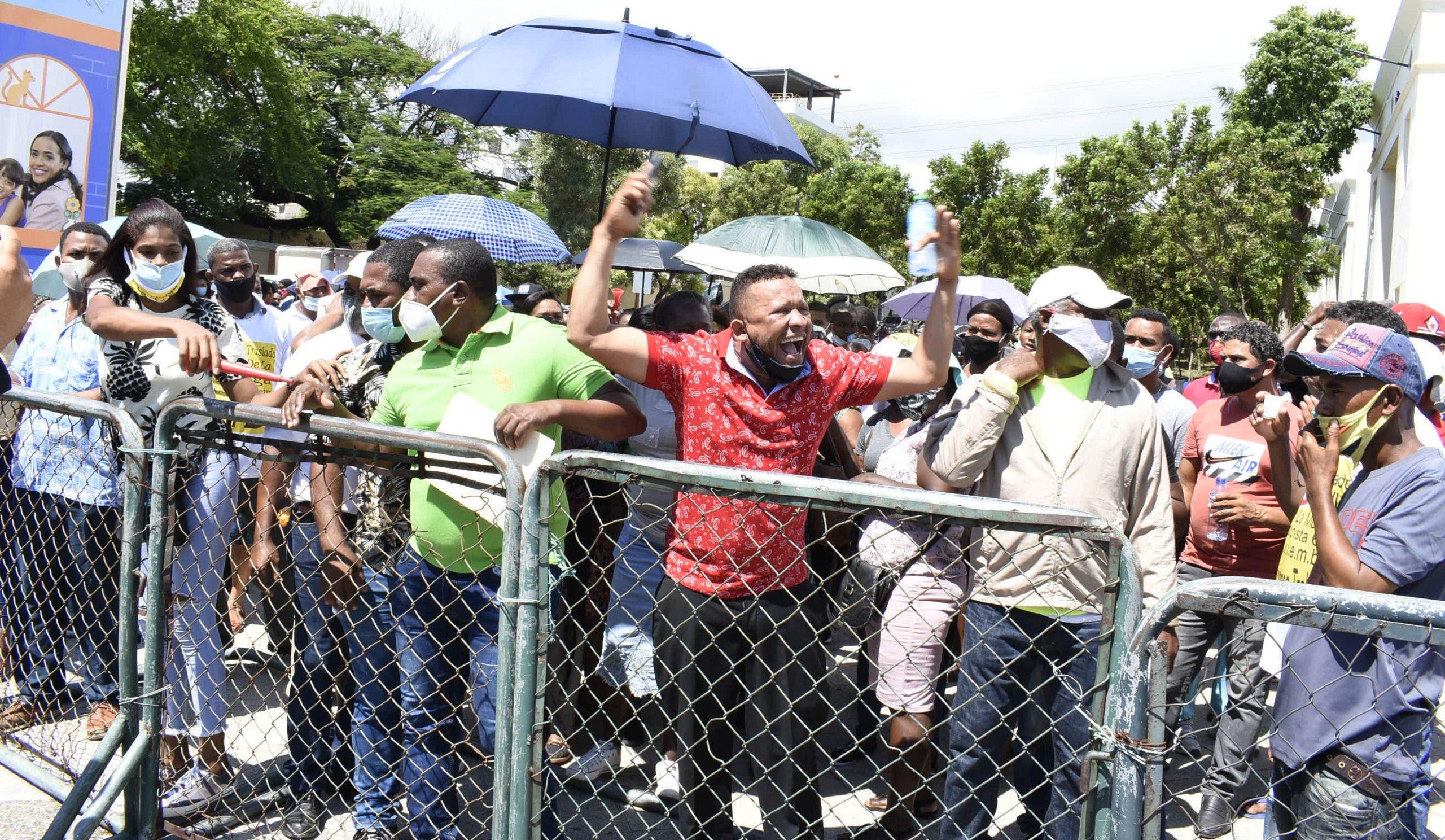 Vendedores de «La pulga» vuelven a protestar frente al Palacio Nacional