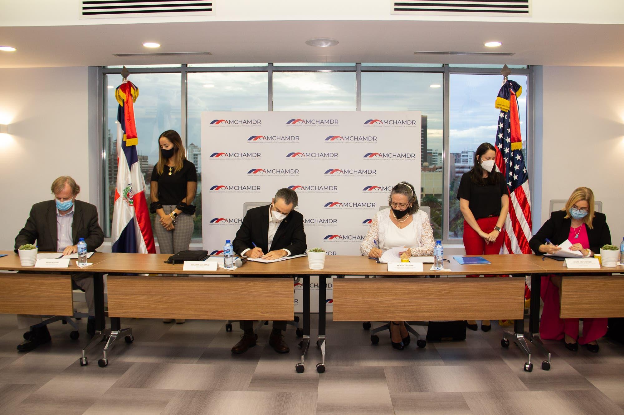 AMCHAMDR, Competitividad y Agricultura firman acuerdo con IESC para fortalecer la cadena de frío