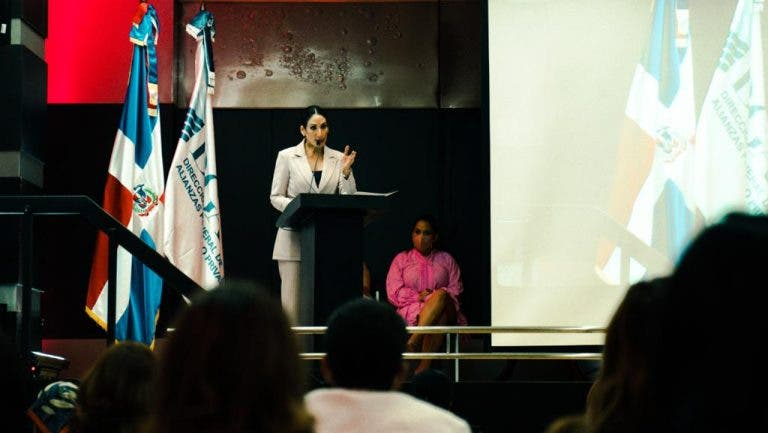 Raquel-Arbaje-durante-su-discurso-768x433