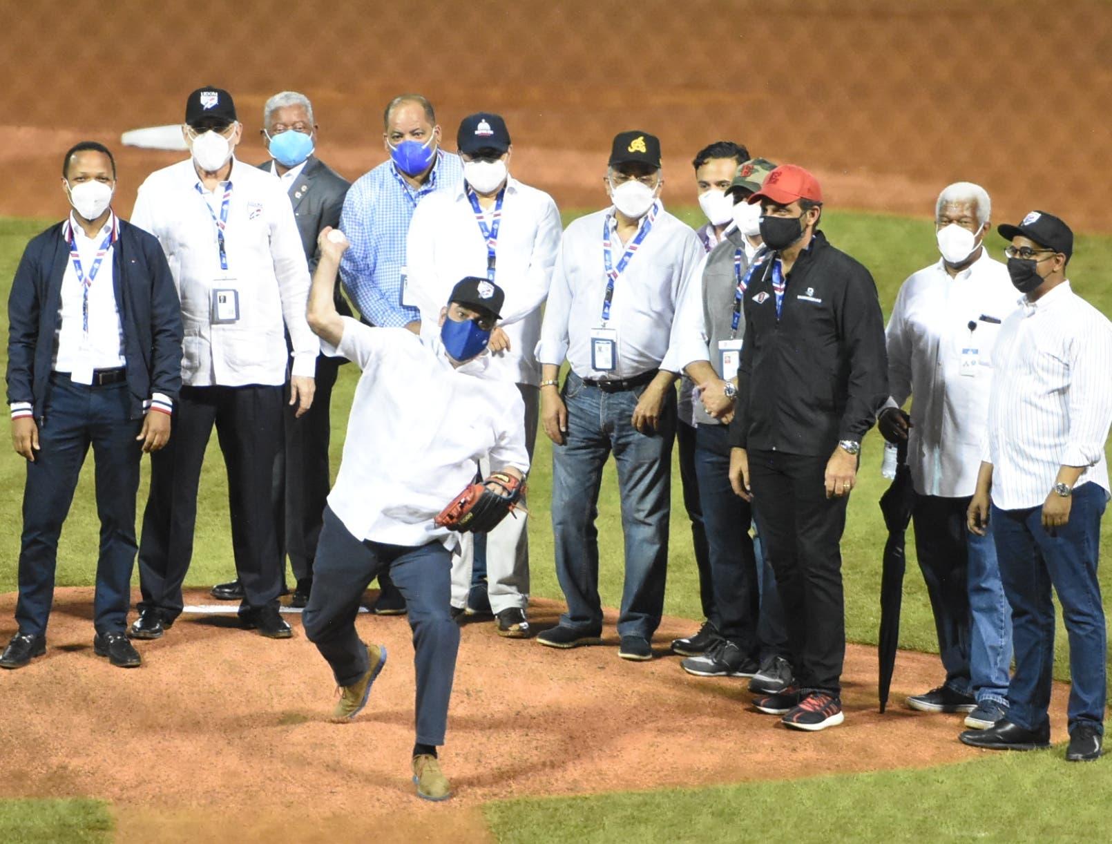 Luis Abinader, eufórico en el inicio torneo de béisbol