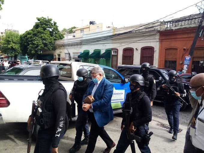 Arrestan a 2 hermanos expresidente Danilo Medina y varios exfuncionarios -