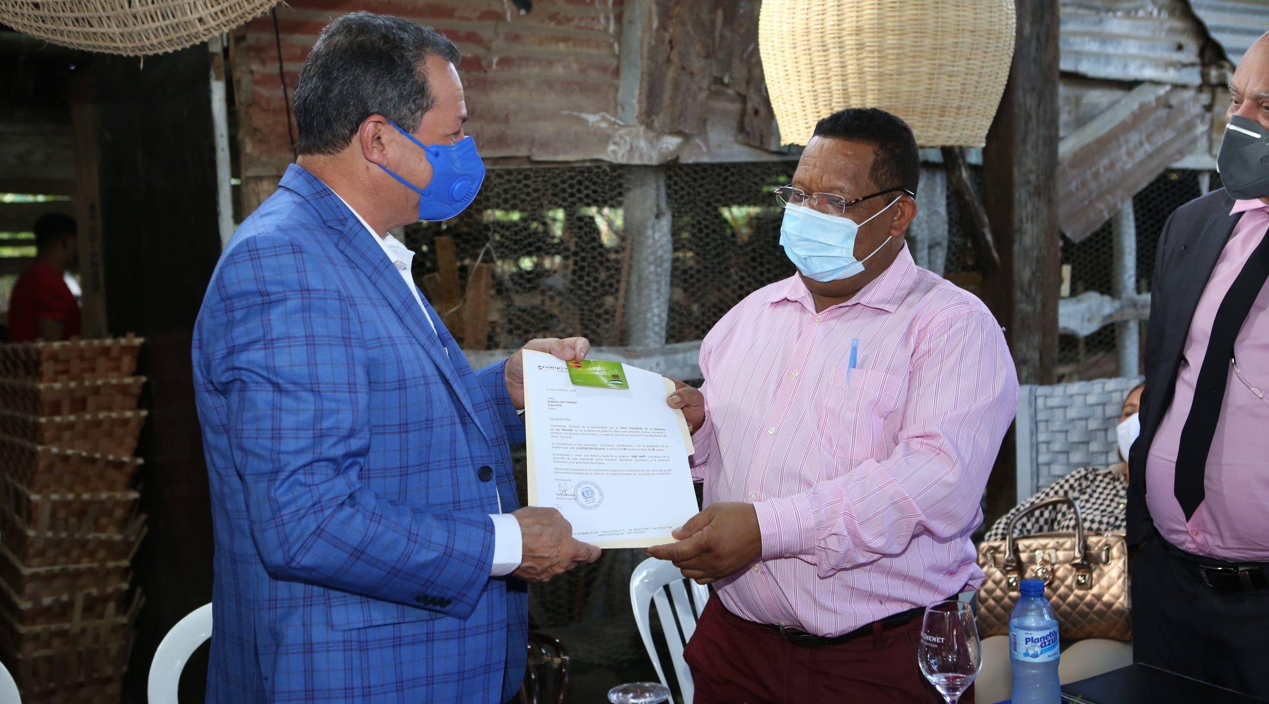 PROMIPYME entrega préstamo de RD$500 mil  a empresario de Moca