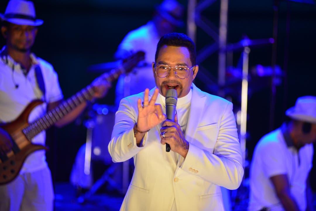 Frank Reyes sale airoso en conciertos