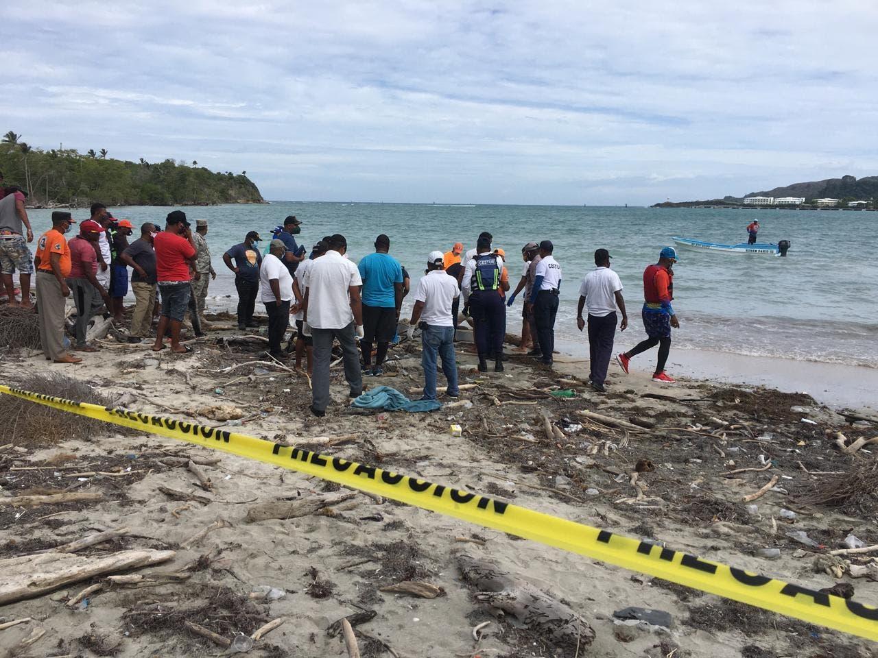 Hallan cadáver de hombre flotando en una playa de Maimón
