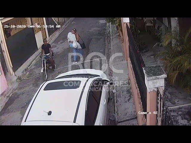 Delincuente asalta a punta de pistola mujer con niño en brazos