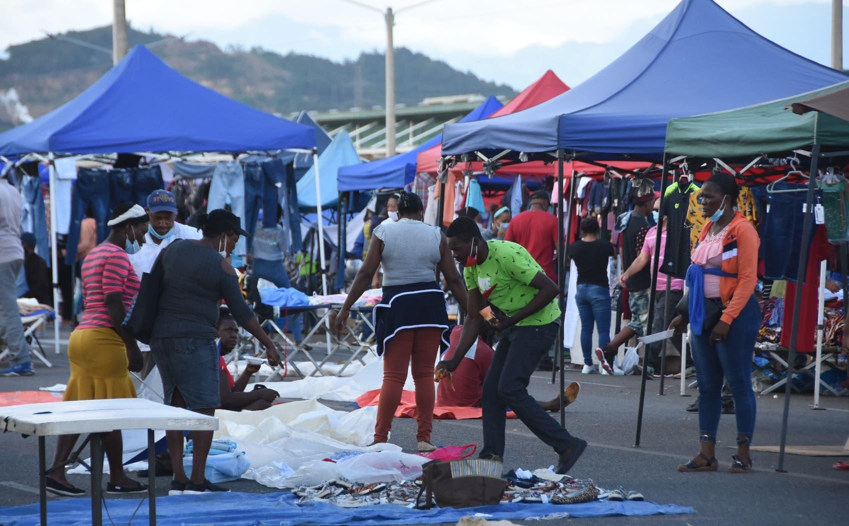 Mercado de productos agrícolas y ropas usadas inician jornada juntos