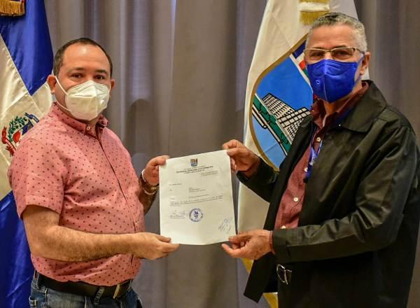 Alcalde Manuel Jímenez entrega bonos y tarjetas a regidores SDE