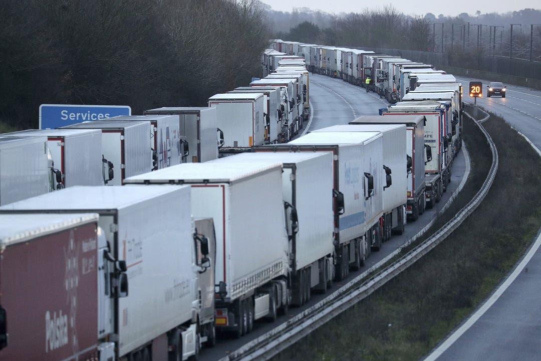 Cientos de camiones varados en Gran Bretaña por prohibición francesa