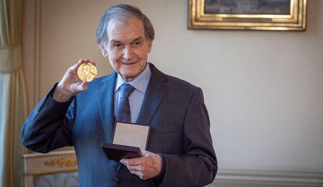 Roger Penrose recibe en Londres el premio Nobel de Física