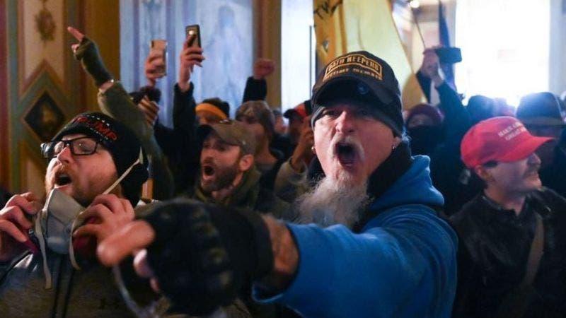 Varios policías del Capitolio de EEUU, suspendidos mientras investigan asalto