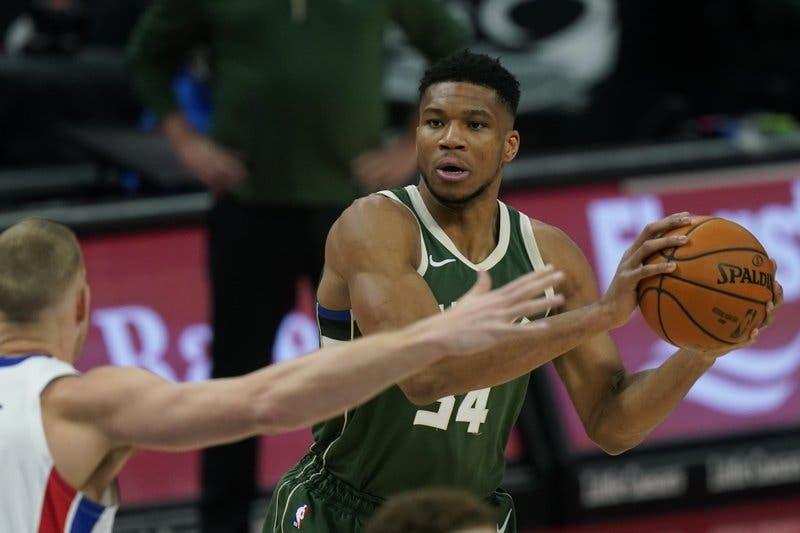 Giannis logra 'triple-doble'; Bucks vencen a Pistons
