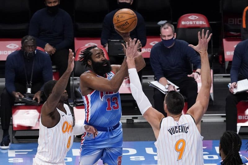 Harden debuta con triple-doble, Durant anota 42, Nets ganan