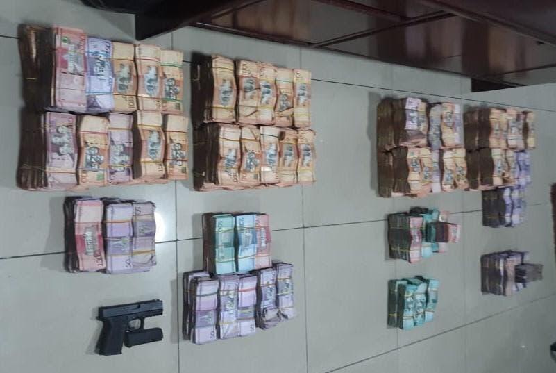 Policía apresa a dos hombres y les ocupa ocho millones de pesos