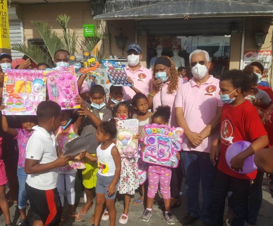 """Fundación Manantial de Amor celebra """"Día de Reyes"""" llevando alegría a niños de SC"""