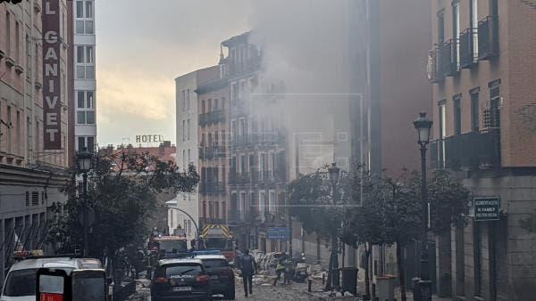 Una fuerte explosión derrumba parte de un edificio en el centro de Madrid