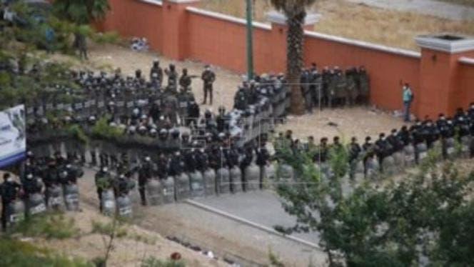 Guatemala disuelve a la fuerza a la caravana migrante y acorrala a los hondureños