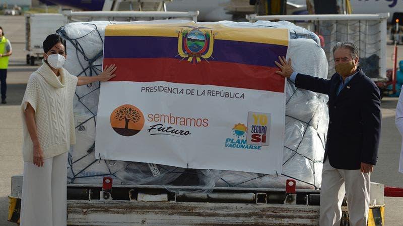 Ministro de Salud de Ecuador decide vacunar primero a sus familiares