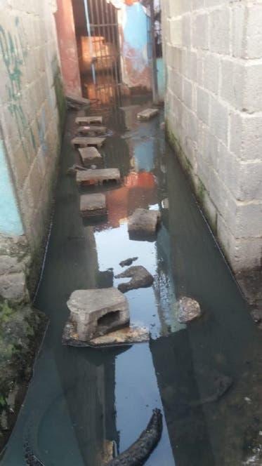 En Los Coquitos de La Zurza familias dejan casas por desbordamiento cañada