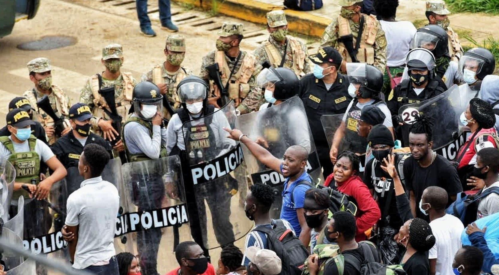 Grupo de haitianos marcha en caravana de Brasil a Perú