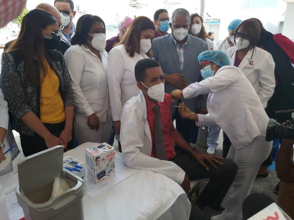 Hospital Robert Reid Cabral inicia plan de Vacunación contra COVID-19