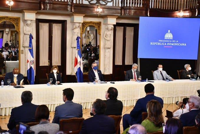 Comisionados del PLD participan en firma Pacto Eléctrico