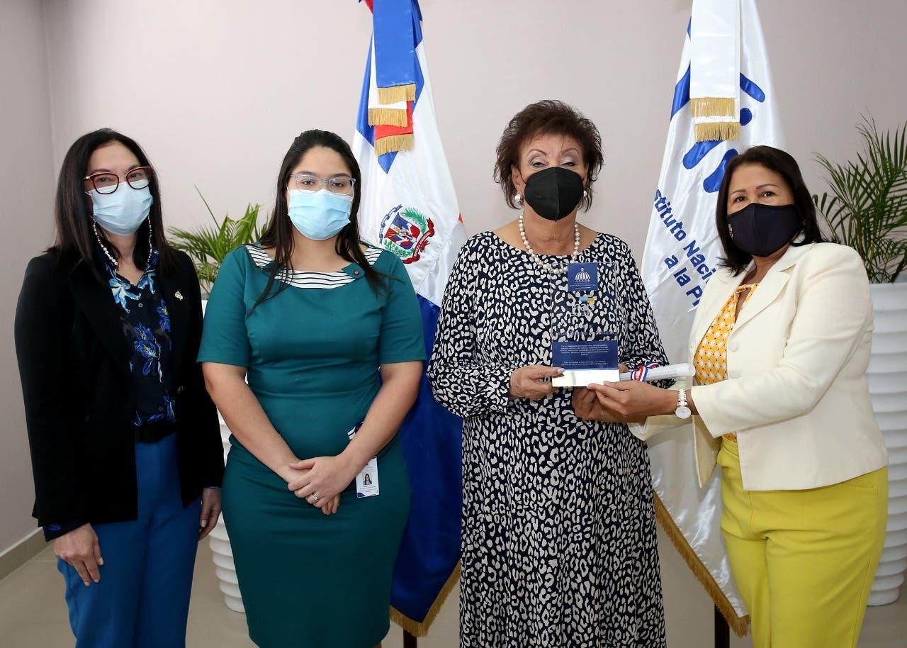 Instituto de Administración Pública reconoce trayectoria de Besaida Manola Santana