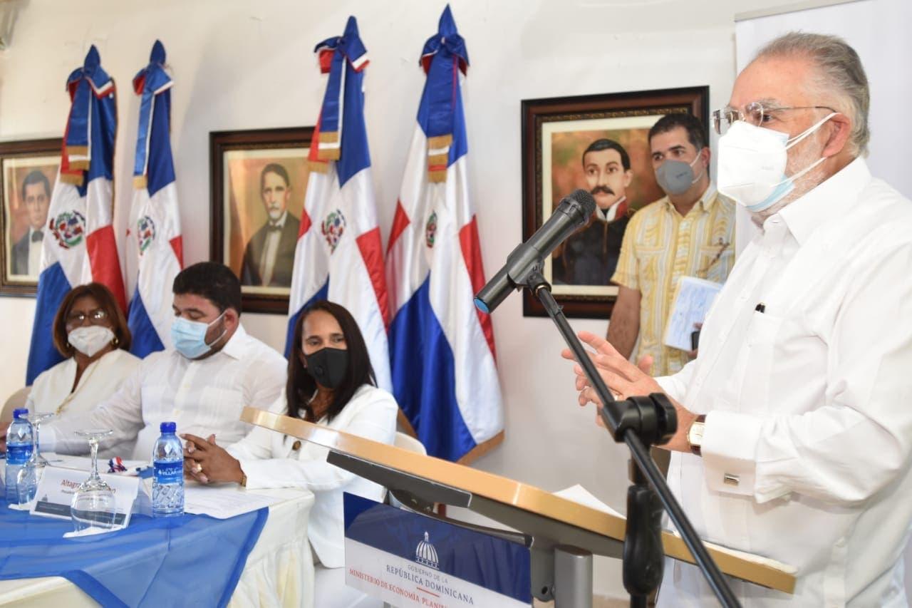 Ministro de Economía firma carta compromiso con autoridadesmunicipales dePedernales y Oviedo