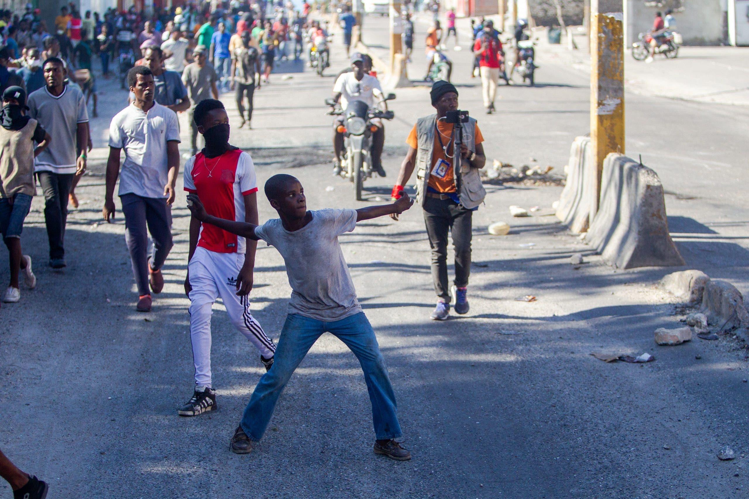 Consulado dominicano en Cabo Haitiano resulta con ventanas rotas durante protestas