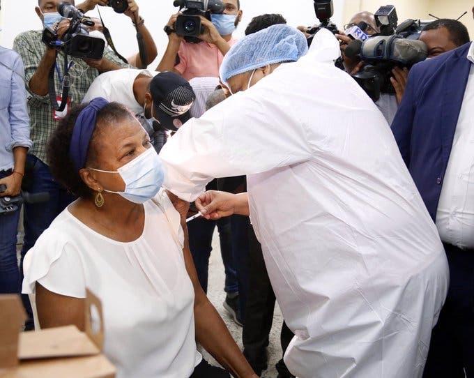 El país comienza a vacunar a maestros para recuperar clases