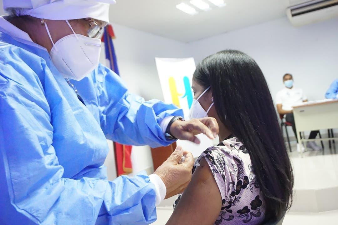 Aumenta el número de personas vacunadas contra la Covid; 116 y 124 mil acudieron en últimos dos días