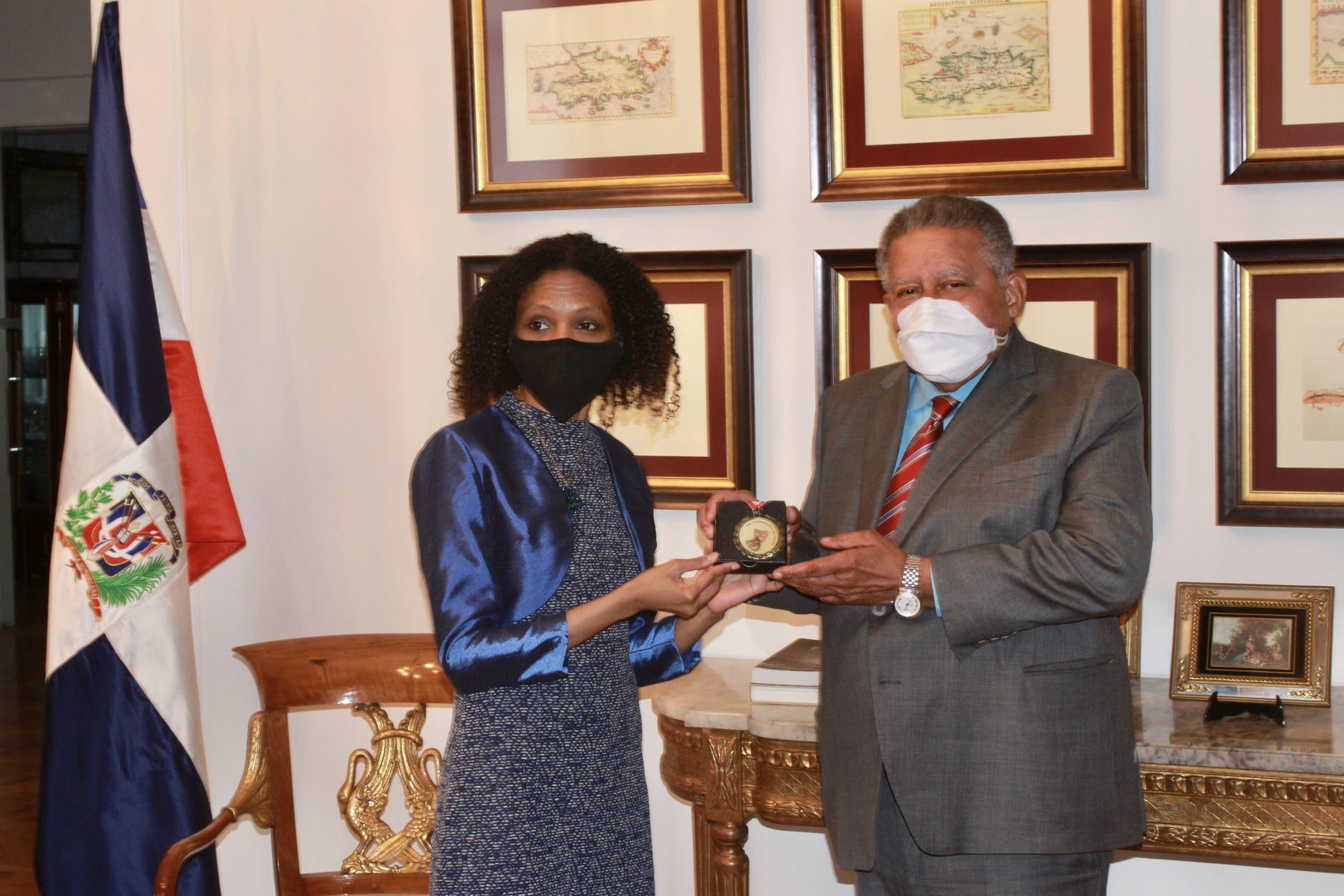 Día Mundial del Teatro: Embajada Dominicana en España reconoce a la actriz Kenia Del Orbe