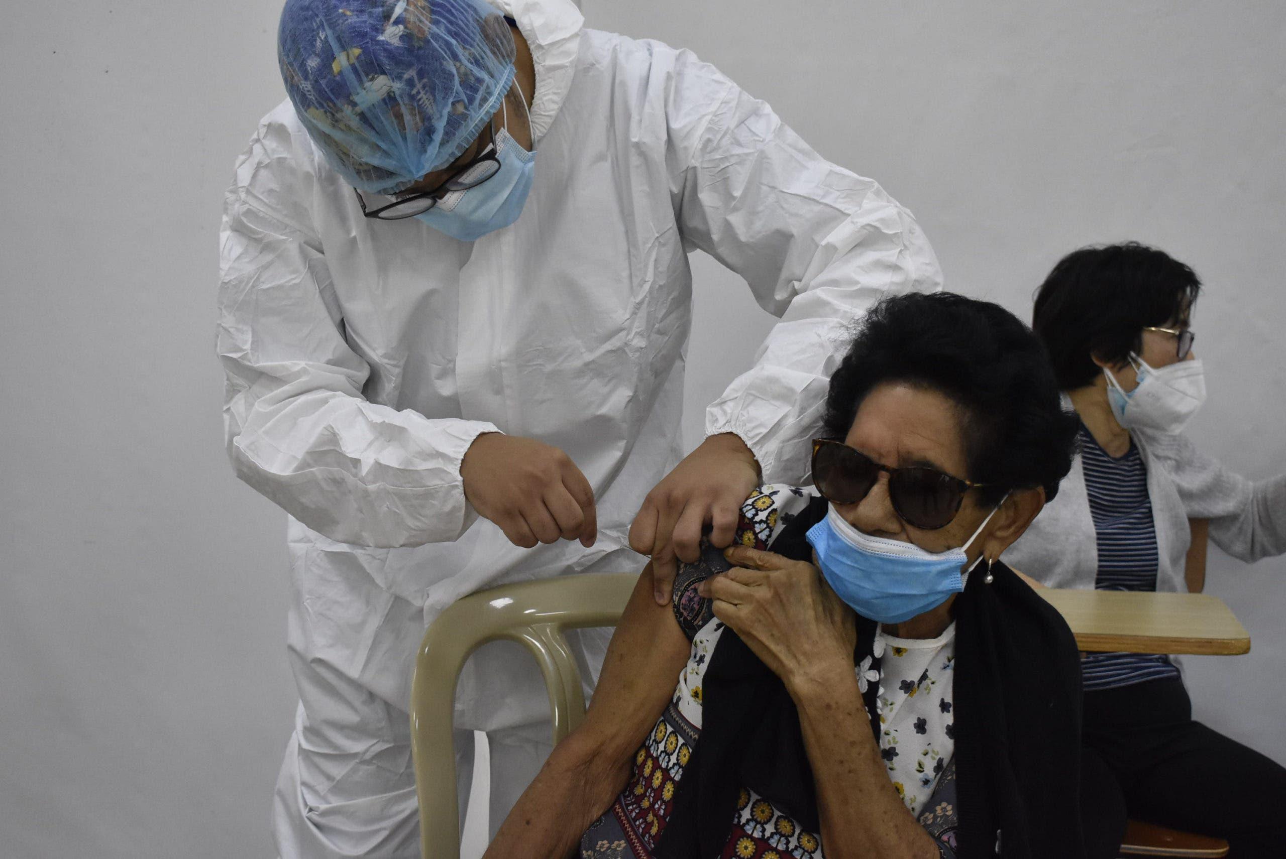 Así va el proceso de vacunación contra coronavirus para adultos mayores de 70 años y docentes