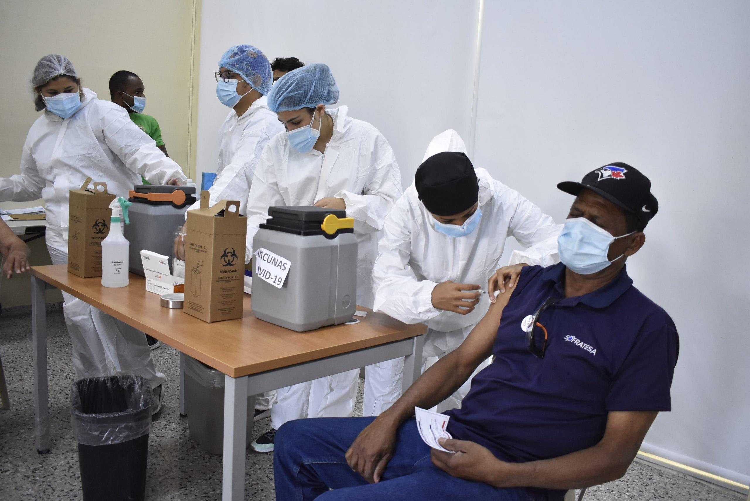 RD tercer país en vacunar más que los contagiados de Covid-19