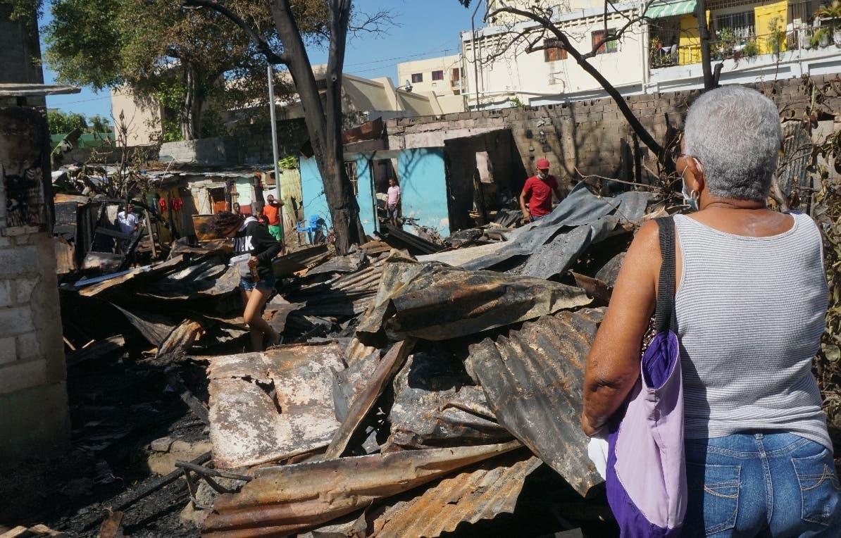 Fuego deja en la calle 30 familias en SDE