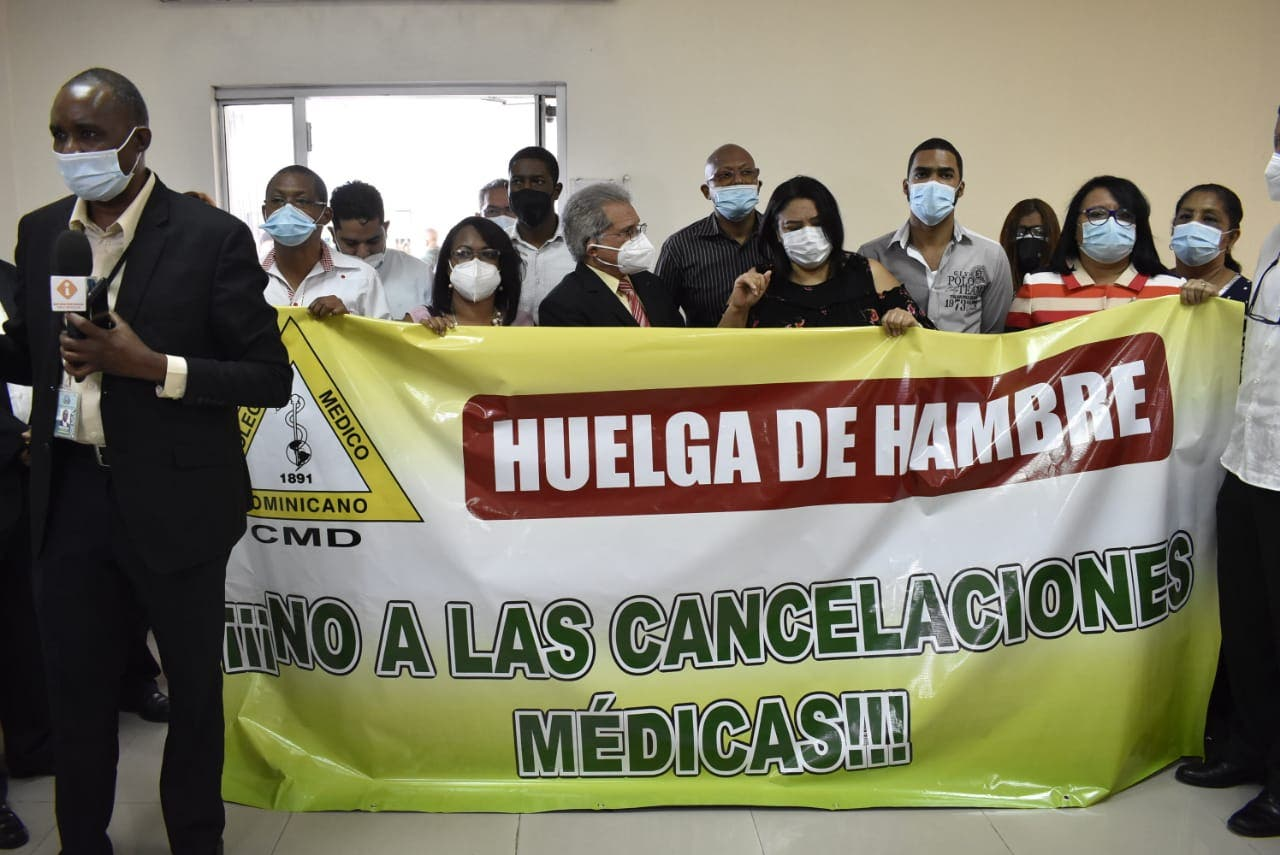 Waldo y 20 médicos ocupan edificio Salud Pública; se declaran en huelga de hambre