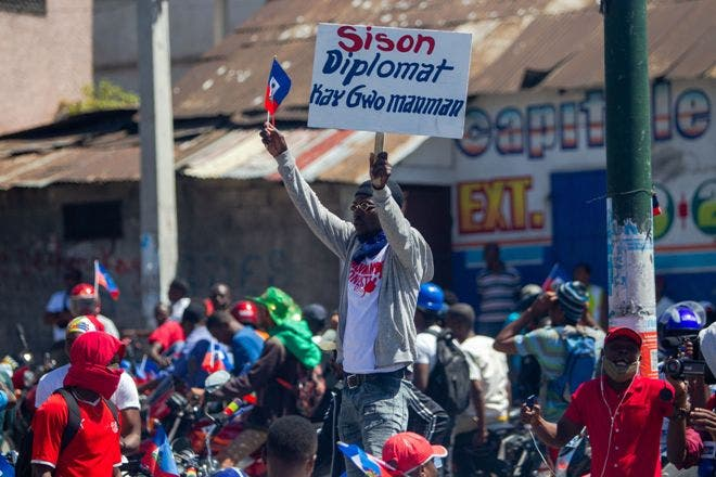 Diez heridos al accidentarse carroza en manifestación contra presidente Moise