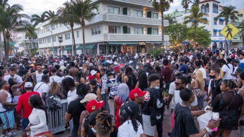 Coronavirus EEUU: las imágenes del «caos» en Miami Beach que llevó a declarar un toque de queda por varias semanas