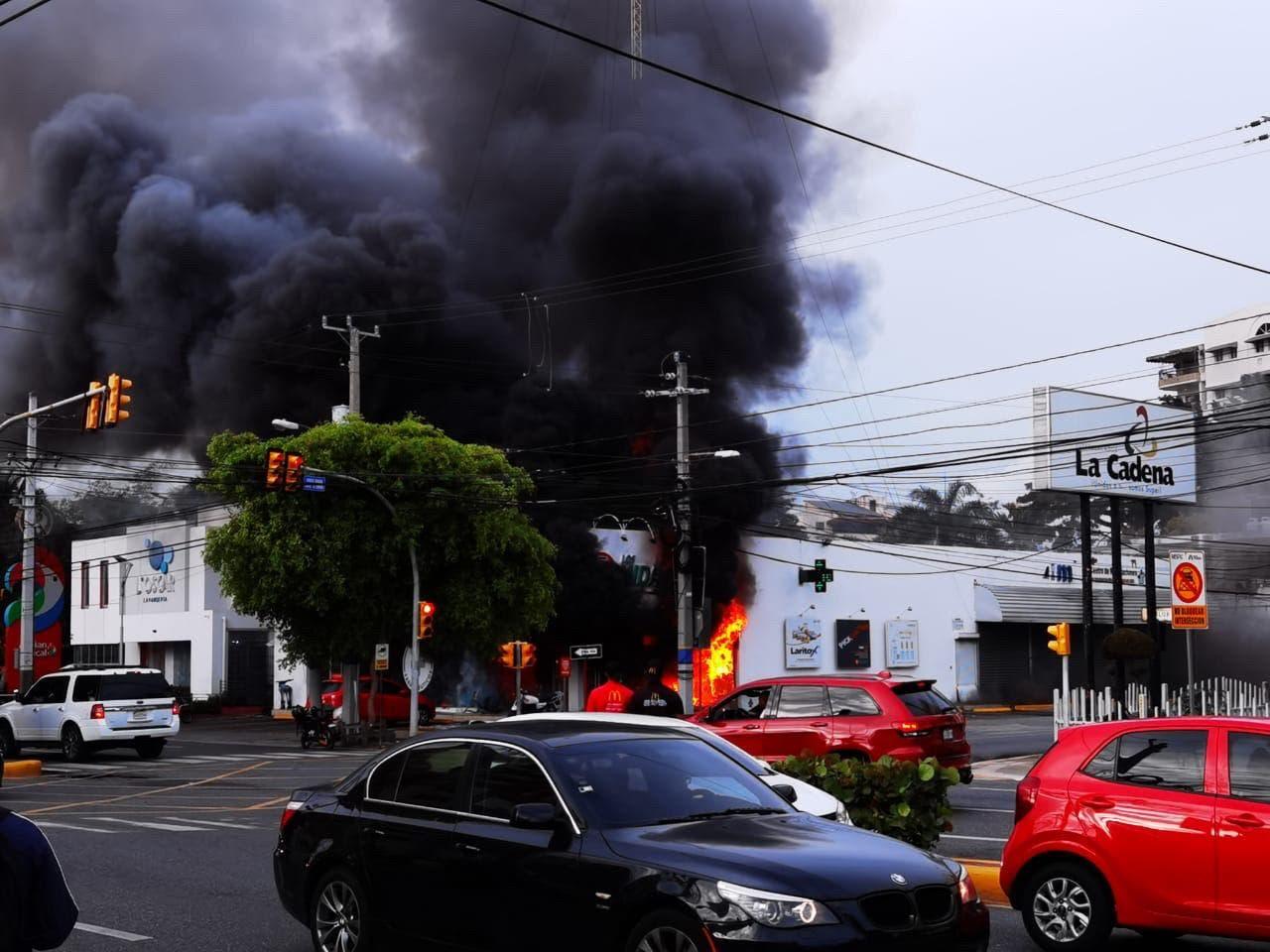 Muere joven de 25 años por inhalar humo en incendio de farmacia Los Hidalgos