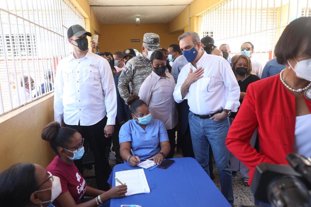 Presidente Abinader supervisa proceso de vacunación a profesores