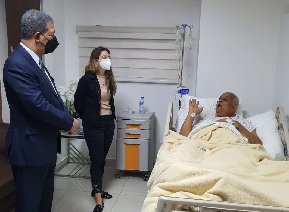 Leonel Fernández visita a Jaime David Fernández Mirabal en centro de salud