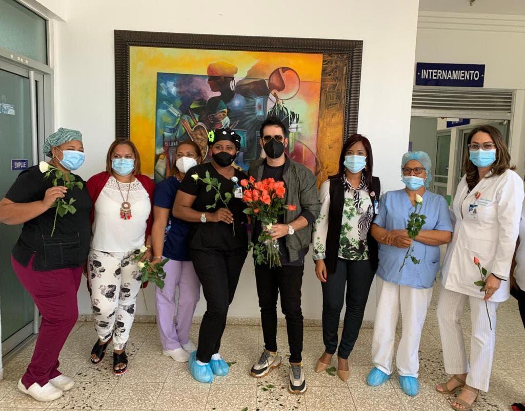 Manny Cruz sorprende a pacientes y personal del Centro de Gastroenterología