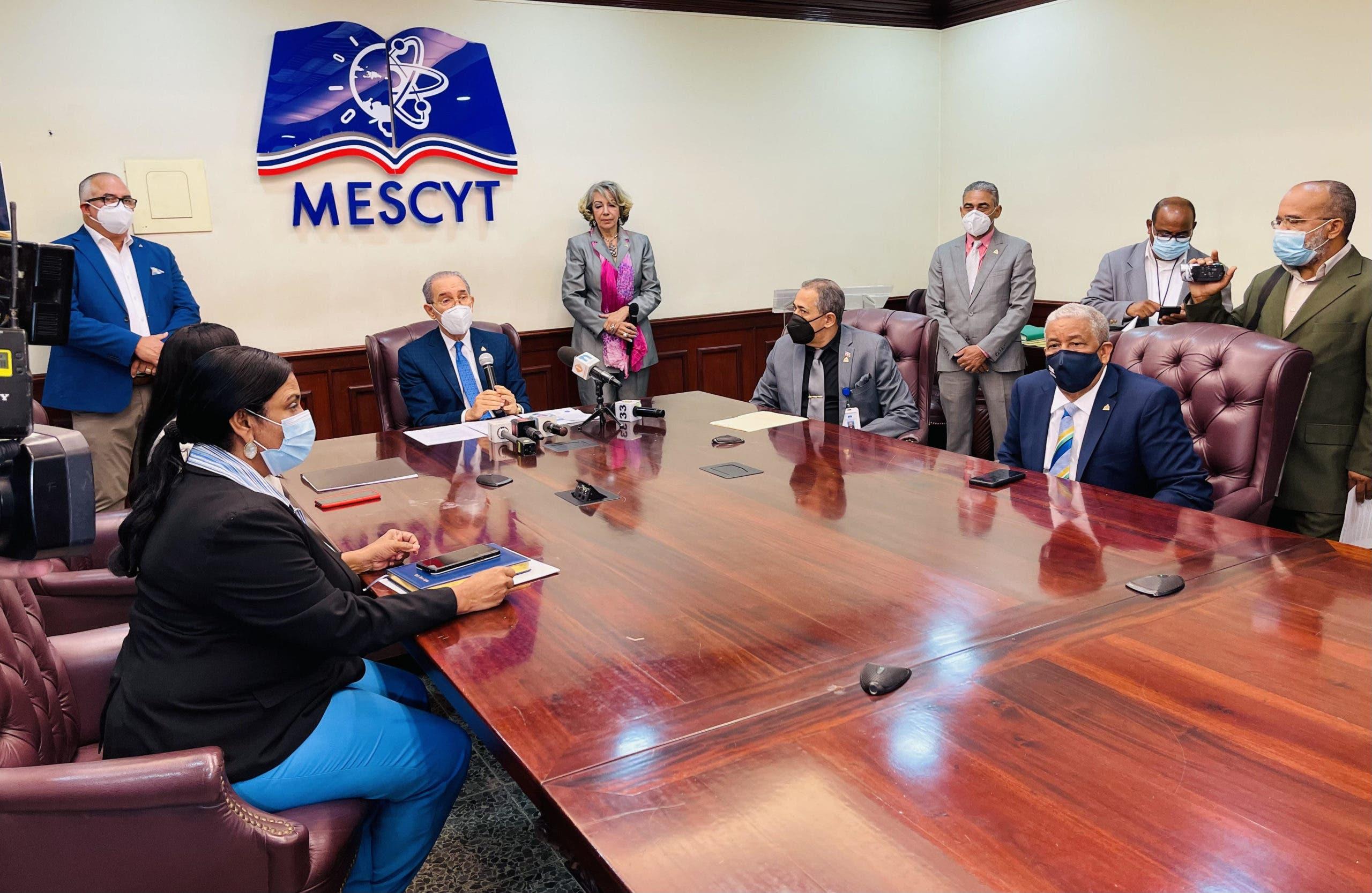 MESCYT abre convocatoria a más de seis mil becas en 40 universidades del país