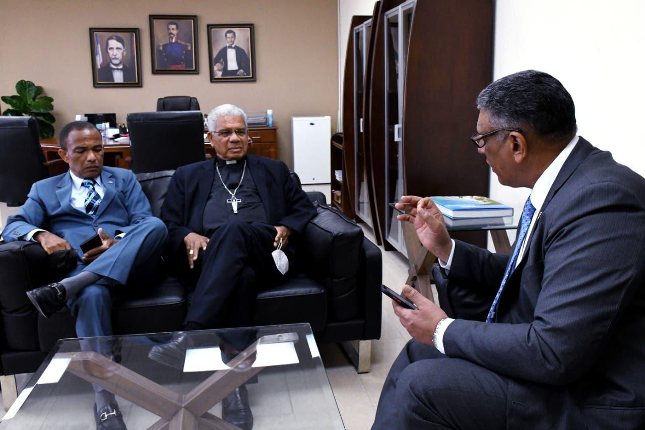 Monseñor Francisco Ozoria favorece incautación de armas ilegales